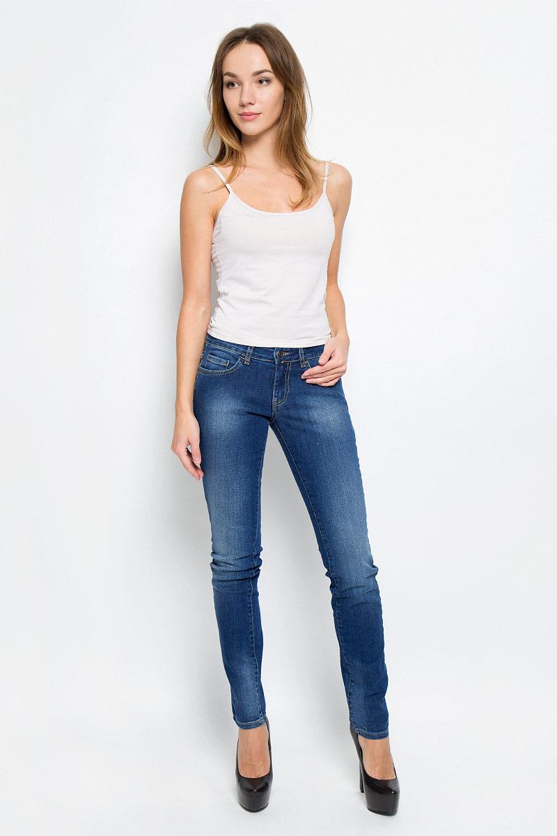 Джинсы женские F5, цвет: синий. 265046_19202. Размер 32-34 (48-34)265046_19202_Blue denim Paris str., w.mediumСтильные женские джинсы F5, выполненные из эластичного хлопка, созданы специально для того, чтобы подчеркнуть достоинства вашей фигуры. Модель прямого кроя со стандартной посадкой. Джинсы застегиваются на металлическую пуговицу в поясе и ширинку на застежке-молнии, имеются шлевки для ремня. Спереди модель дополнена двумя прорезными карманами и одним небольшим секретным кармашком, а сзади - двумя накладными карманами. Изделие оформлено контрастной отстрочкой и эффектом потертости.