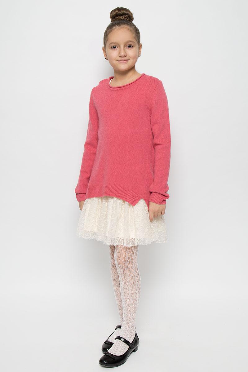 Комплект одежды для девочки Gulliver: джемпер, платье, цвет: розовый, молочный. 21606GKC0201. Размер 12821606GKC0201Прекрасный джемпер для девочки из мягкой благородной пряжи в сочетании с хлопковым сарафаном, оформленным кружевом, создают потрясающий эффект элегантного платья. Платье выполнено из эластичного хлопка. Модель с круглым вырезом горловины и без рукавов. Джемпер выполнен из высококачественной комбинированной пряжи. Модель с круглым вырезом горловины и длинными рукавами. Низ изделия, манжеты рукавов и горловина связаны резинкой. По бокам модель оформлена небольшими декоративными разрезами.