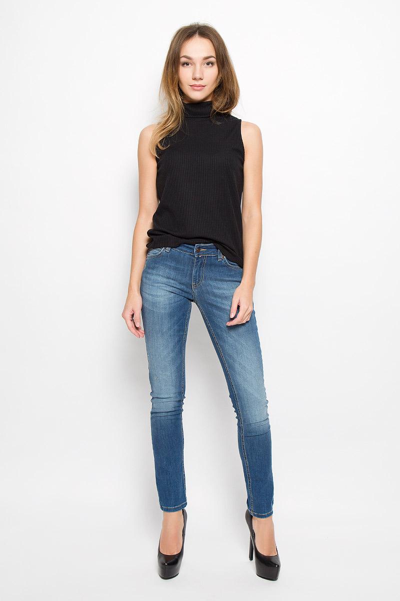 Джинсы женские F5, цвет: синий. 160248_19341. Размер 29-32 (44/46-32)160248_19341_Blue denim Tressa str., w.mediumЖенские джинсы F5 изготовлены из хлопка с добавлением полиэстера и спандекса. Джинсы со стандартной посадкой застегиваются на пуговицу в поясе и имеют ширинку на застежке-молнии. На поясе предусмотрены шлевки для ремня. Спереди модель дополнена двумя втачными карманами и маленьким накладным кармашком, а сзади - двумя накладными карманами. Джинсы оформлены эффектом потертости, контрастной прострочкой и оригинальным вышитым рисунком в виде яблока.