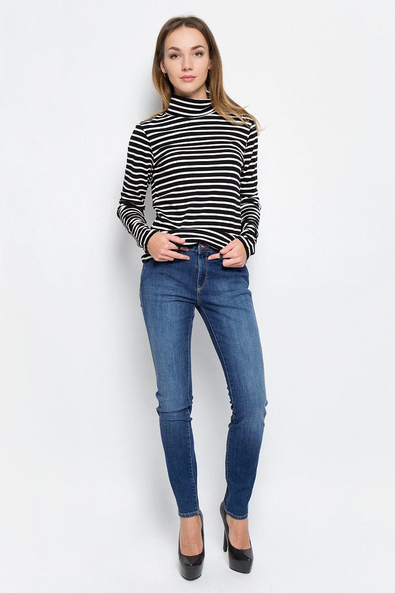 Джинсы женские Wrangler Evalyn, цвет: синий. W26E9179H. Размер 27-32 (42/44-32)W26E9179HСтильные женские джинсы выполнены из качественного комбинированного материала. Модель зауженного к низу кроя со стандартной посадкой на талии. Джинсы застегиваются на металлическую пуговицу в поясе и ширинку на застежке-молнии, имеются шлевки для ремня. Изделие дополнено спереди двумя втачными карманами и одним маленьким накладным кармашком, а сзади - двумя накладными карманами. Оформлена модель контрастной прострочкой и эффектом потертости.