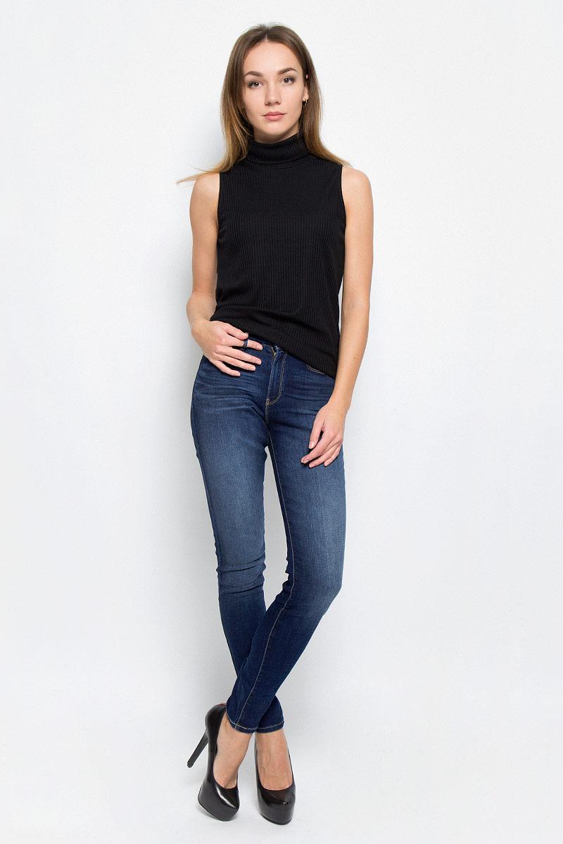 Джинсы женские Wrangler, цвет: темно-синий. W27HX782Z. Размер 25-30 (40/42-30)W27HX782ZСтильные женские джинсы выполнены из качественного комбинированного материала. Модель, сильно облегающая по бедру, с высокой талией. Джинсы застегиваются на металлическую пуговицу в поясе и ширинку на застежке-молнии, имеются шлевки для ремня. Изделие дополнено спереди двумя втачными карманами и одним маленьким накладным кармашком, а сзади - двумя накладными карманами. Оформлена модель контрастной прострочкой и эффектом потертости.