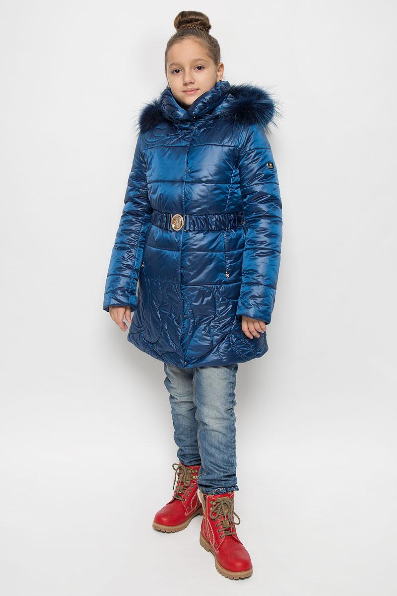 Пальто для девочки Pulka, цвет: темно-синий. PUFWG-626-20326-310. Размер 164PUFWG-626-20326-310Пальто для девочки Pulka выполнено из полиэстера и нейлона. В качестве утеплителя используются микроволокна полиэстера. Модель с капюшоном и воротником-стойкой застегивается на молнию с двумя ветрозащитными планками. Внешняя планка имеет застежки-кнопки. Капюшон, декорированный съемной опушкой из натурального меха, пристегивается к пальто при помощи молнии. По краю он снабжен эластичным шнурком со стопперами. На рукавах предусмотрены эластичные манжеты. Пальто имеет приталенный силуэт, дополнительно подчеркнутый эластичным поясом с металлической пряжкой. В нижней части изделия расположены два прорезных кармана с застежками-молниями. С внутренней стороны имеется прорезной карман на молнии. Изделие украшено фирменной пластиной.
