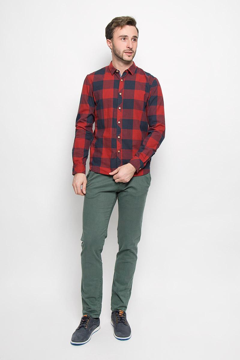 Рубашка мужская Tom Tailor Denim, цвет: красный, темно-синий. 2032524.62.12_2801. Размер M (48)2032524.62.12_2801Мужская рубашка Tom Tailor Denim выполнена из натурального хлопка. Модель приталенного кроя с длинными рукавами и отложным воротником застегивается на пуговицы по всей длине и оформлена принтом в клетку. Манжеты рукавов оснащены застежками-пуговицами.