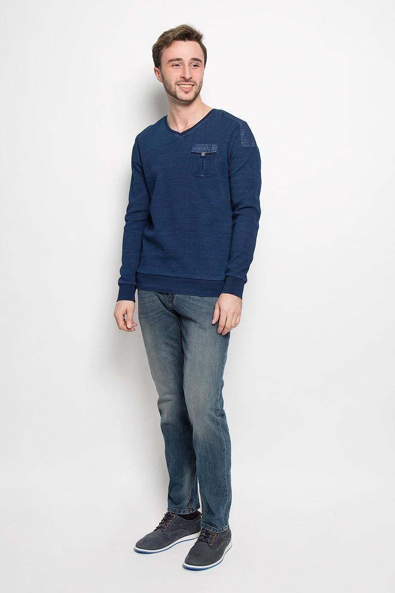 Пуловер мужской Tom Tailor, цвет: темно-синий. 2530387.00.10_6800. Размер M (48)2530387.00.10_6800Модный мужской пуловер Tom Tailor выполнен из натурального хлопка. Модель с V-образным вырезом горловины идеально подойдет для создания современного образа в стиле Casual. На груди расположен накладной карман, закрывающийся на клапан с кнопкой. Вырез горловины, манжеты рукавов и низ изделия дополнены трикотажными резинками.