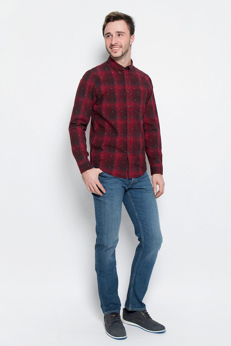 Рубашка мужская Lee, цвет: красный, черный. L880CILL. Размер L (50)L880CILLМужская рубашка Lee выполнена из натурального хлопка. Рубашка regular fit с длинными рукавами и отложным воротником застегивается на пуговицы спереди. Манжеты рукавов также застегиваются на пуговицы. Рубашка оформлена принтом в клетку. Модель дополнена накладным нагрудным кармашком.