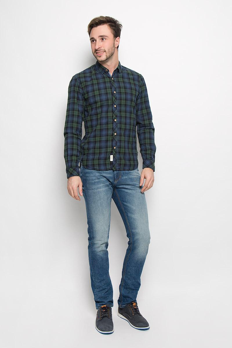 Рубашка мужская Tom Tailor Denim, цвет: темно-синий, темно-зеленый. 2032524.62.12_2999. Размер S (46)2032524.62.12_2999Мужская рубашка Tom Tailor Denim выполнена из натурального хлопка. Модель приталенного кроя с длинными рукавами и отложным воротником застегивается на пуговицы по всей длине. Рубашка оформлена оригинальным принтом. Манжеты рукавов оснащены застежками-пуговицами.