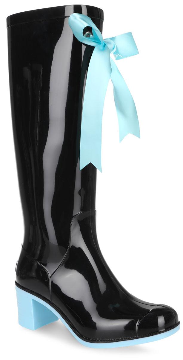 Резиновые сапоги женские Boomboots, цвет: черный, голубой. G78/Black&Blue. Размер 40G78/Black&BlueРезиновые сапоги на каблуке от Boomboots выполнены из поливинилхлорида. Цельнолитая модель полностью герметична. Стелька изготовлена из вспененного полимера с текстильным покрытием. Верх голенища декорирован атласным бантом. Задник дополнен логотипом бренда. Подошва оснащена рифлением.