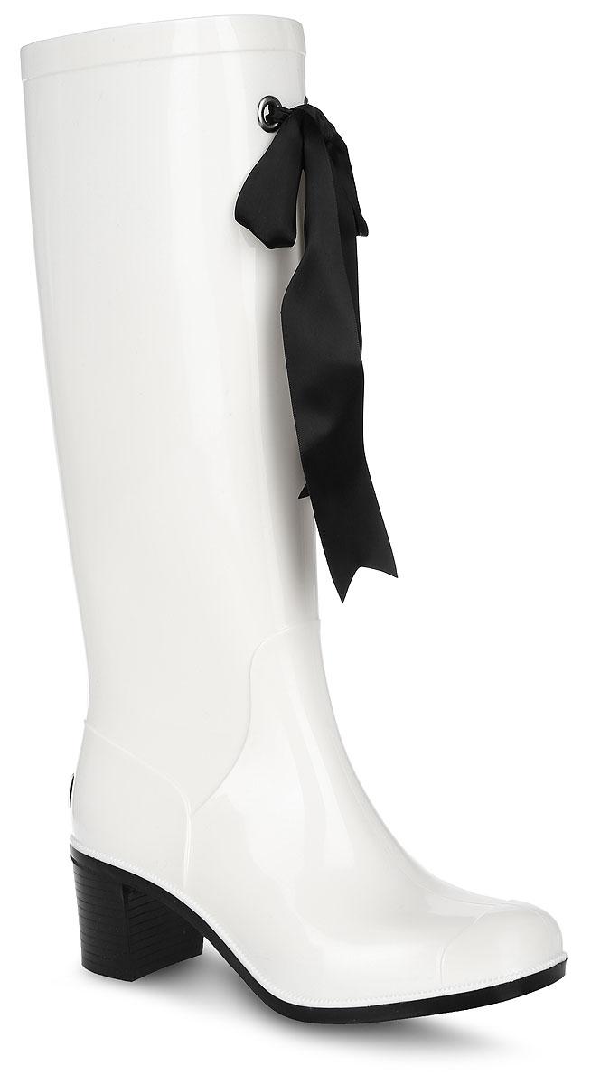 Резиновые сапоги женские Boomboots, цвет: белый, черный. G78/White&Black. Размер 36G78/White&BlackРезиновые сапоги на каблуке от Boomboots выполнены из поливинилхлорида. Цельнолитая модель полностью герметична. Стелька изготовлена из вспененного полимера с текстильным покрытием. Верх голенища декорирован атласным бантом. Задник дополнен логотипом бренда. Подошва оснащена рифлением.