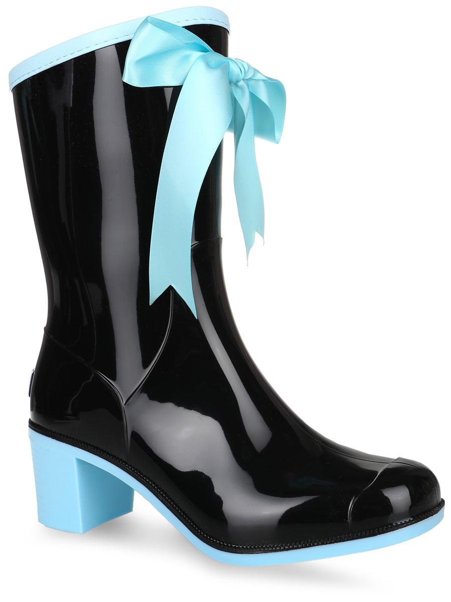 Резиновые сапоги женские Boomboots, цвет: черный, голубой. G59/Black&Blue. Размер 38G59/Резиновые сапоги на каблуке от Boomboots выполнены из поливинилхлорида. Цельнолитая модель полностью герметична. Стелька изготовлена из вспененного полимера с текстильным покрытием. Верх голенища декорирован атласным бантом и дополнен окантовкой из искусственной кожи контрастного цвета. Задник декорирован логотипом бренда. Подошва оснащена рифлением.