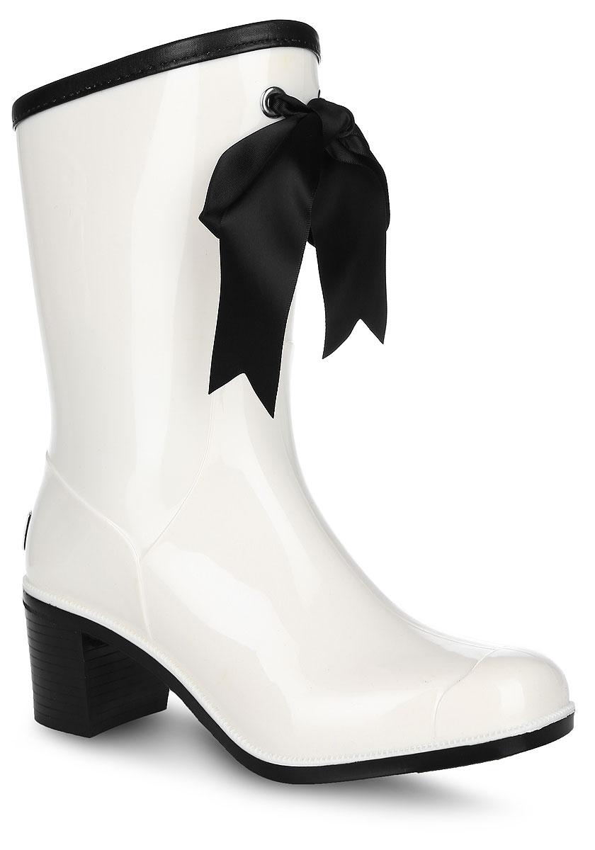 Резиновые сапоги женские Boomboots, цвет: белый, черный. G59/White&Black. Размер 38G59/White&BlackРезиновые сапоги на каблуке от Boomboots выполнены из поливинилхлорида. Цельнолитая модель полностью герметична. Стелька изготовлена из вспененного полимера с текстильным покрытием. Верх голенища декорирован атласным бантом и дополнен окантовкой из искусственной кожи контрастного цвета. Задник декорирован логотипом бренда. Подошва оснащена рифлением.