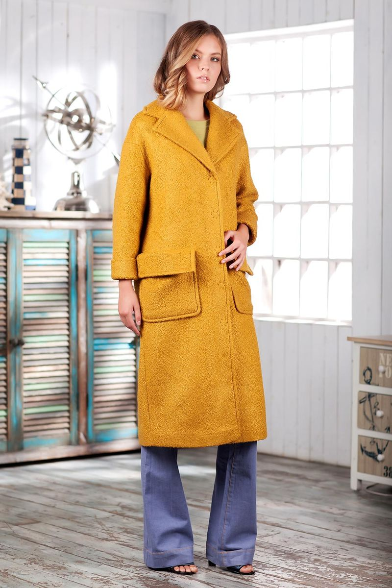 Пальто женское Ruxara, цвет: горчичный. 2301241. Размер 442301241Элегантное демисезонное пальто на подкладке. Модель прямого кроя длиной ниже колена с длинным рукавом. Горловина оформлена отложным воротником с широкими лацканами. На полочке выполнены накладные карманы с отворотами, имитирующими клапаны. Впереди потайная застежка на кнопки. Пальто станет удачным дополнением к осеннему гардеробу.