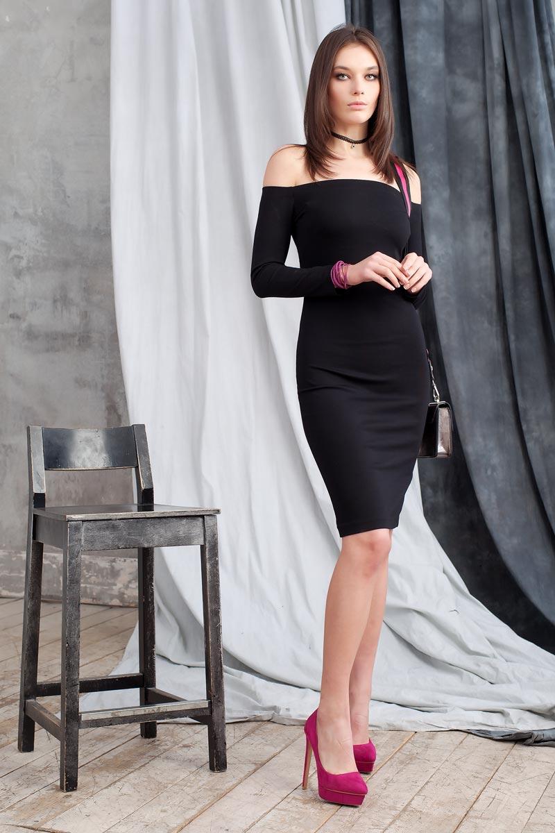 Платье Ruxara, цвет: черный. 0109905. Размер 440109905Элегантное платье из однотонного плотного трикотажа подчеркнет Ваш отменный вкус и изгибы фигуры, а также станет стержнем для разнообразного комбинирования с обувью и аксессуарами. Модель прилегающего силуэта длиной до колена с рукавом 3/4. Вырез-лодочка делает акцент на изящные плечи. Эластичная резинка по горловине позволяет надежно фиксировать платье на плечах.