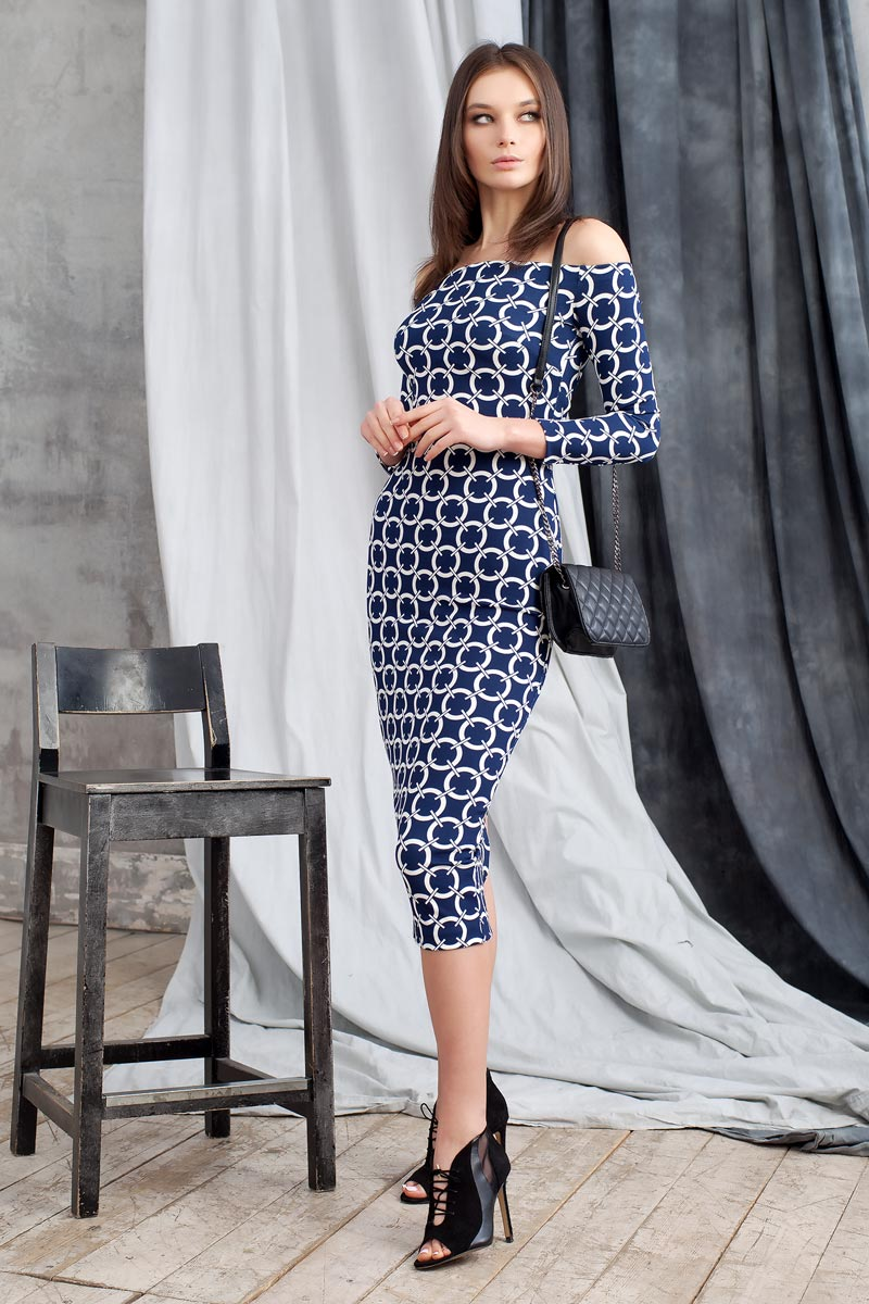 Платье Ruxara, цвет: темно-синий. 0109902. Размер 460109902Элегантное платье из фактурного трикотажа с геометрическим принтом подчеркнет ваш отменный вкус и изгибы фигуры, а также станет стержнем для разнообразного комбинирования с обувью и аксессуарами. Модель прилегающего силуэта длиной ниже колена с рукавом 3/4. Вырез-лодочка делает акцент на изящные плечи. Эластичная резинка по горловине позволяет надежно фиксировать платье на плечах.