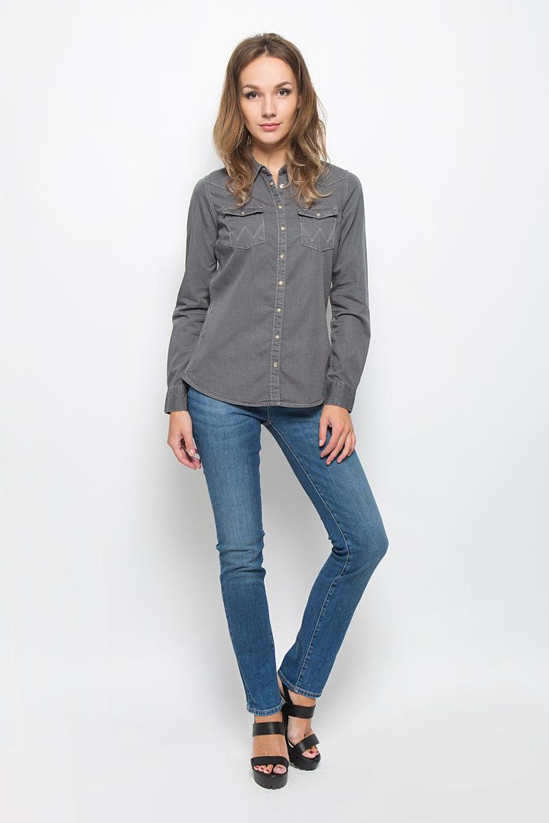 Рубашка женская Wrangler, цвет: серый. W5045C66E. Размер M (46)W5045C66EСтильная женская рубашка Wrangler, выполненная из натурального хлопка, подчеркнет ваш уникальный стиль и поможет создать оригинальный образ. Такой материал великолепно пропускает воздух, обеспечивая необходимую вентиляцию, а также обладает высокой гигроскопичностью. Рубашка с длинными рукавами и отложным воротником застегивается на кнопки и пуговицу спереди. Манжеты рукавов также застегиваются на кнопки и пуговицу. Модель дополнена двумя нагрудными карманами. Классическая рубашка - превосходный вариант для базового гардероба и отличное решение на каждый день.Такая рубашка будет дарить вам комфорт в течение всего дня и послужит замечательным дополнением к вашему гардеробу.