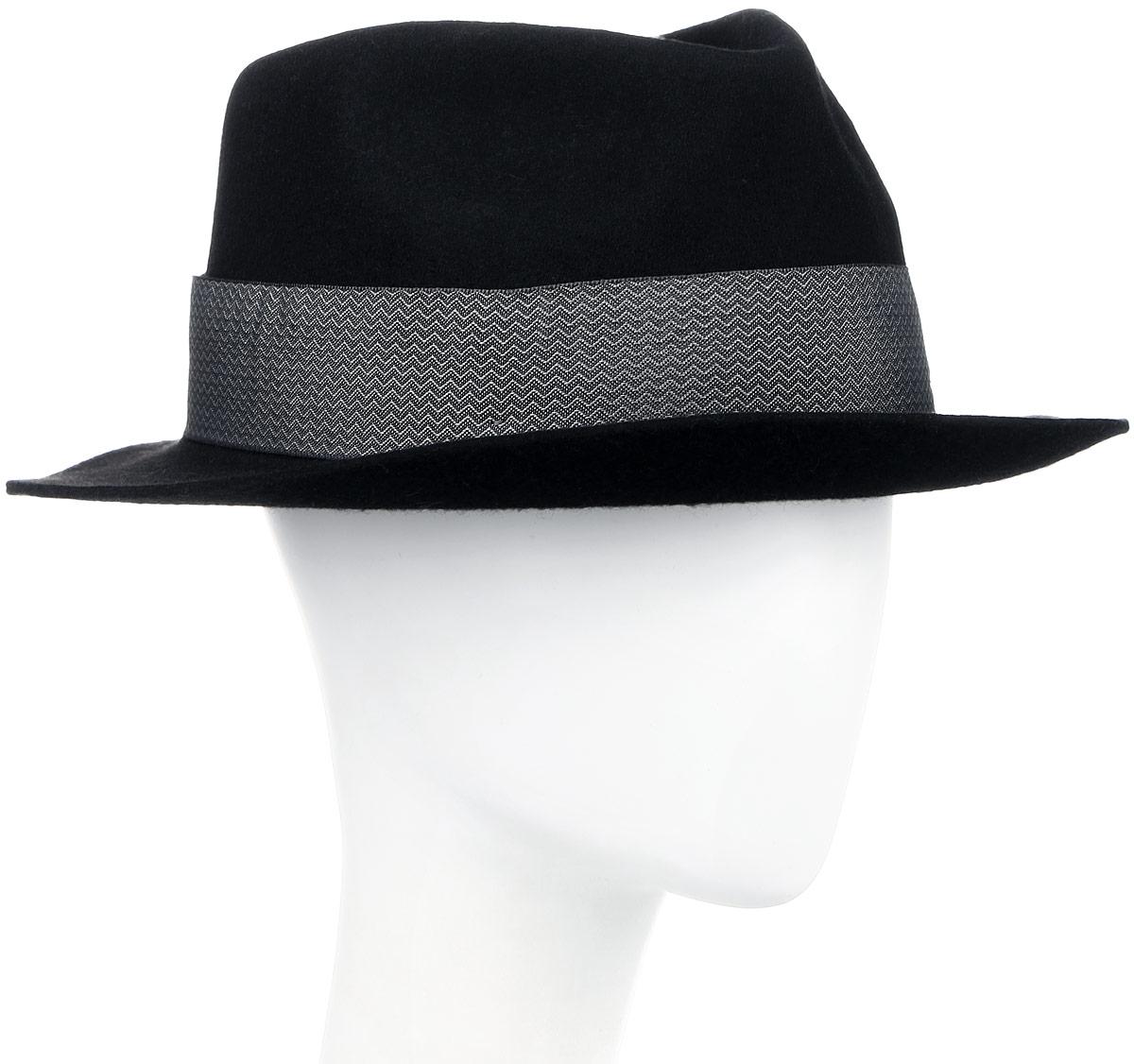 Шляпа Goorin Brothers, цвет: черный. 600-9305. Размер M (57)600-9305Элегантная шляпа Goorin Brothers, выполненная из высококачественной натуральной шерсти, дополнит любой образ. Модель с невысокой вертикальной тульей с продольным заломом и загнутыми вверх полями, которые можно изгибать по желанию. Шляпа-федора оформлена узорчатой лентой с перетяжкой, которая обозначена маленьким логотипом Goorin Bros. Внутри модель дополнена плотной тесьмой для комфортной посадки изделия по голове. Аккуратные поля шляпы придадут вашему образу таинственности и шарма. Такая шляпа подчеркнет вашу неповторимость и прекрасный вкус.