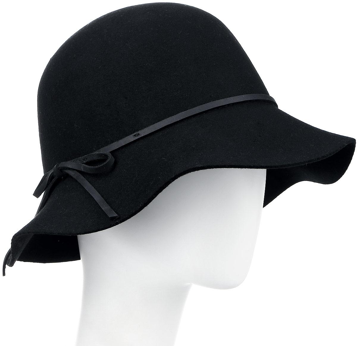 Шляпа женская Goorin Brothers, цвет: черный. 105-9807. Размер S (55)105-9807Элегантная женская шляпа Goorin Brothers, выполненная из высококачественного тонкого фетра, дополнит любой образ. Модель с невысокой тульей и загнутыми вниз полями. Шляпа-клош по тулье оформлена тонким ремешком из кожи с лаконичным бантом сбоку. Внутри модель дополнена плотной тесьмой для комфортной посадки изделия по голове. Аккуратные поля шляпы придадут вашему образу таинственности и шарма. Такая шляпа подчеркнет вашу неповторимость и прекрасный вкус.