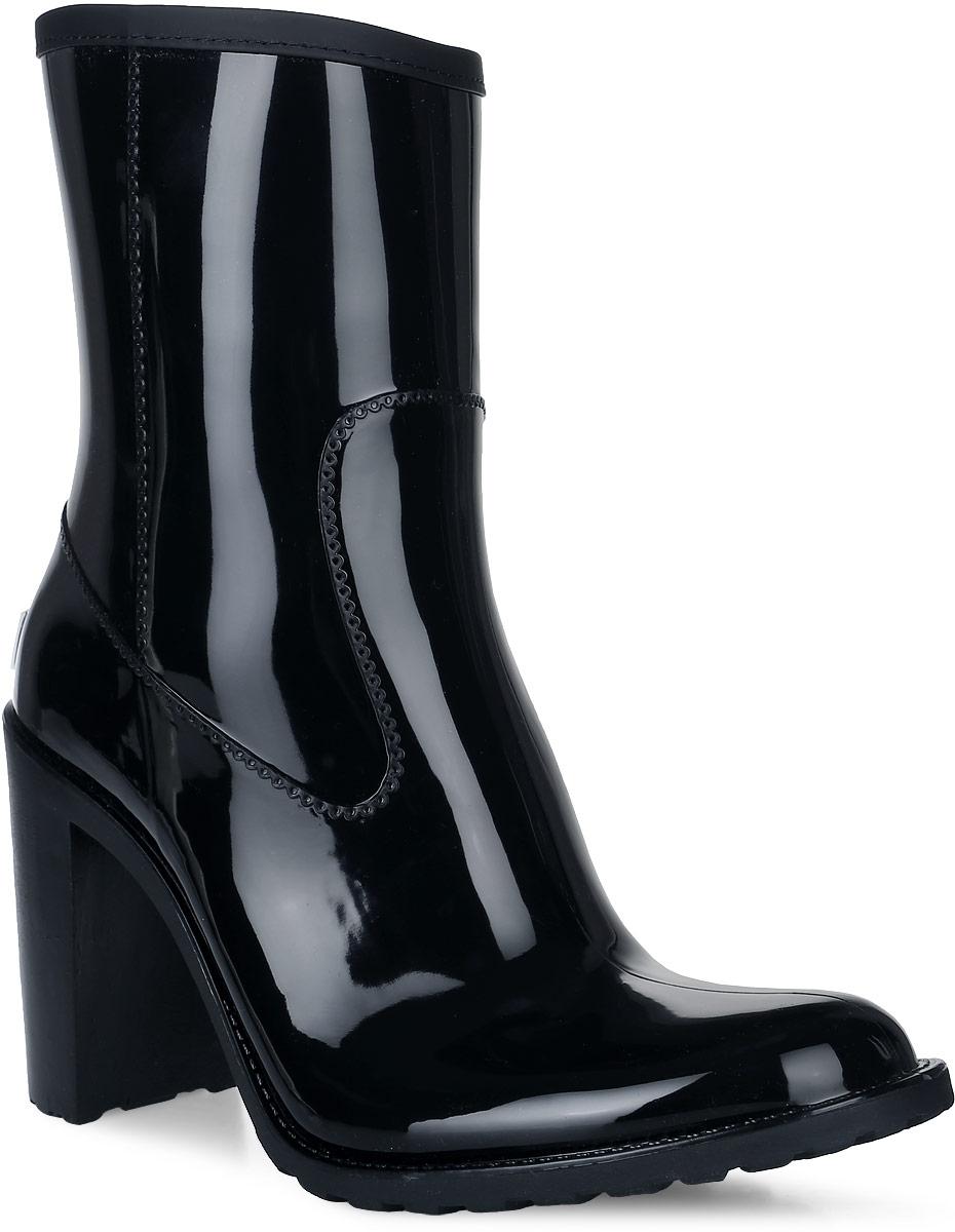 Резиновые полусапоги женские Boomboots, цвет: черный. G36-short/Black. Размер 41G36-short/BlackРезиновые полусапоги на каблуке от Boomboots выполнены из поливинилхлорида. Цельнолитая модель полностью герметична. Стелька изготовлена из вспененного полимера с текстильным покрытием. Изделие на застежке-молнии. По верху голенище дополнено окантовкой из искусственной кожи. Задник декорирован логотипом бренда. Подошва оснащена рифлением.
