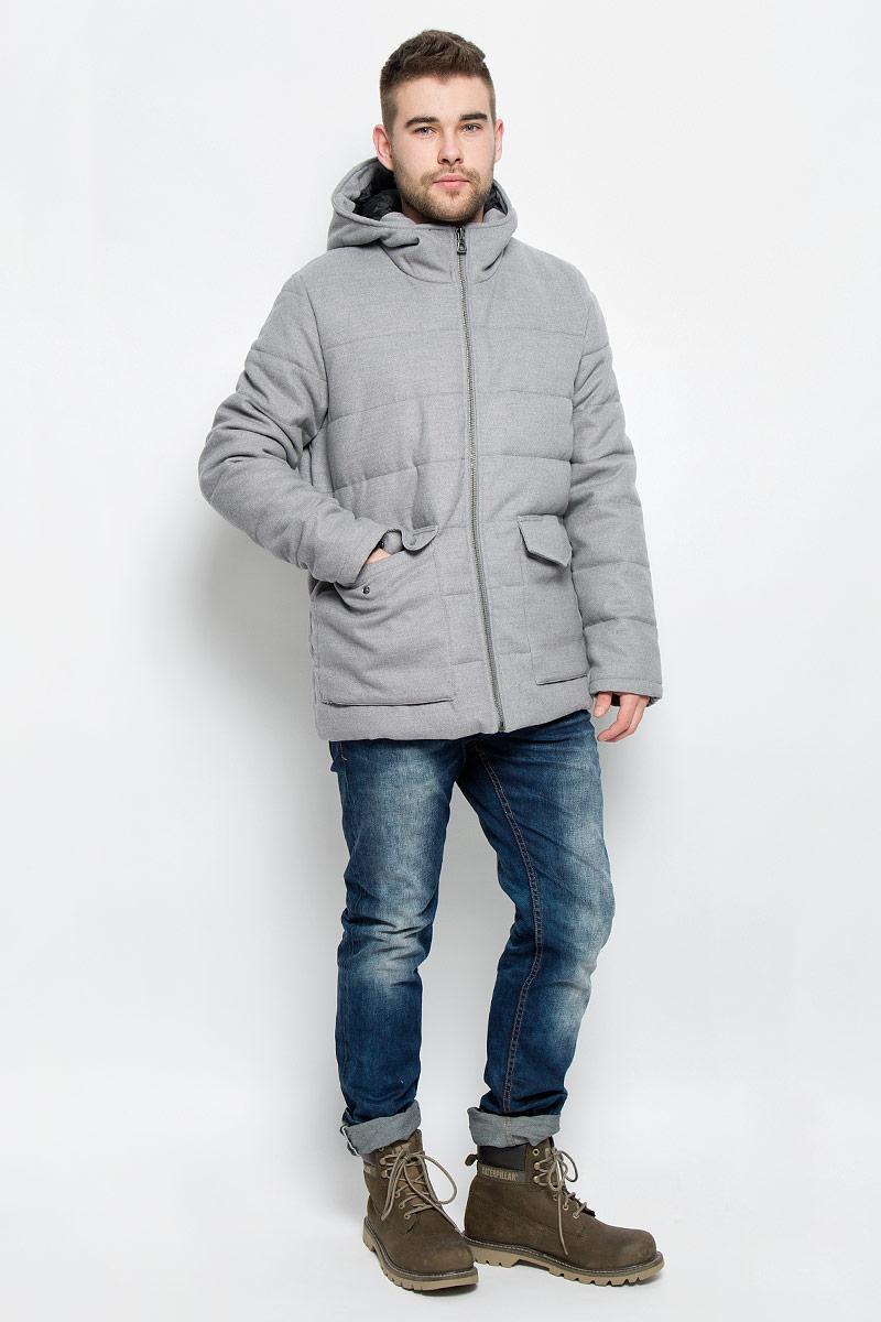 Куртка мужская Broadway John, цвет: серый. 20100466_807. Размер XL (52)20100466_807Мужская куртка Broadway John с длинными рукавами и несъемным капюшоном выполнена из полиэстера с добавлением вискозы и эластана. Наполнитель - синтепон. Куртка застегивается на застежку-молнию спереди. Изделие оснащено двумя накладными карманами с клапанами на кнопках спереди, а также внутренним накладным карманом на липучке.