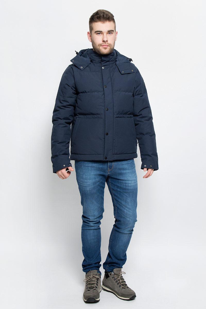 Куртка мужская The North Face M Box Canyon Jacket, цвет: темно-синий. T92TUBH2G. Размер M (46/48)T92TUBH2GМужская куртка The North Face M Box Canyon Jacket выполнена из полиэстера с добавлением хлопка. Материал изготовлен при помощи технологии DryVent, которая обеспечивает превосходные водонепроницаемые и дышащие свойства, и остается сухой как изнутри, так и снаружи. Подкладка изготовлена из гладкого и приятного на ощупь материала. В качестве утеплителя используется гусиный пух и перо, который отлично сохраняет тепло. Куртка прямого кроя со съемным капюшоном и воротником-стойкой застегивается на застежку-молнию с ветрозащитной планкой на кнопках. Капюшон пристегивается к изделию за счет кнопок. Край капюшона дополнен эластичным шнурком со стоплерами. Рукава с внутренней стороны дополнены эластичными вставками. Спереди расположено два накладных кармана на застежке-молнии, с внутренней стороны - втачной карман на застежке-молнии. Низ дополнен эластичным шнурком со стоплерами. Изделие оформлено вышитым фирменным логотипом.