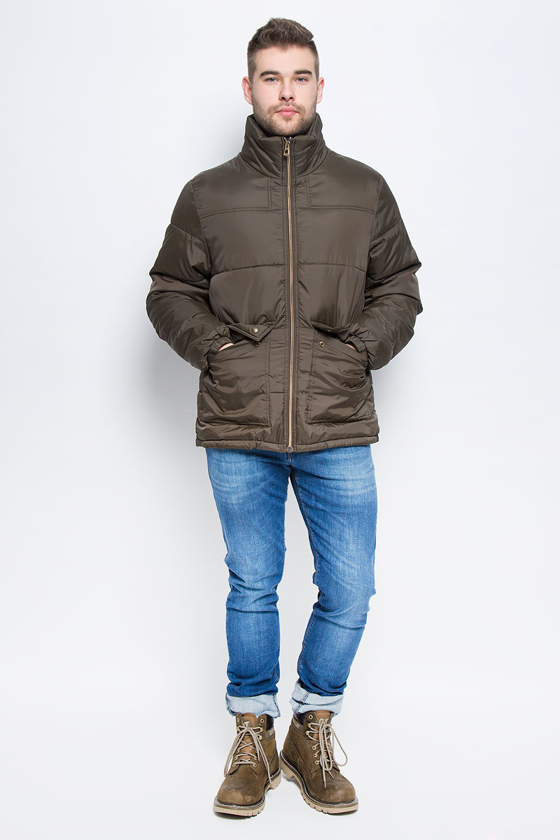 Куртка мужская Broadway Starsky, цвет: зелено-коричневый. 20100467_774. Размер M (48)20100467_774Мужская куртка Broadway Starsky выполнена из высококачественного полиэстера. В качестве подкладки и наполнителя также используется полиэстер. Модель с воротником-стойкой застегивается на застежку-молнию с внутренней ветрозащитной планкой. Низ рукавов дополнен эластичными манжетами. Спереди расположено два накладных кармана с клапанами на кнопках, а с внутренней стороны накладной карман на липучке.