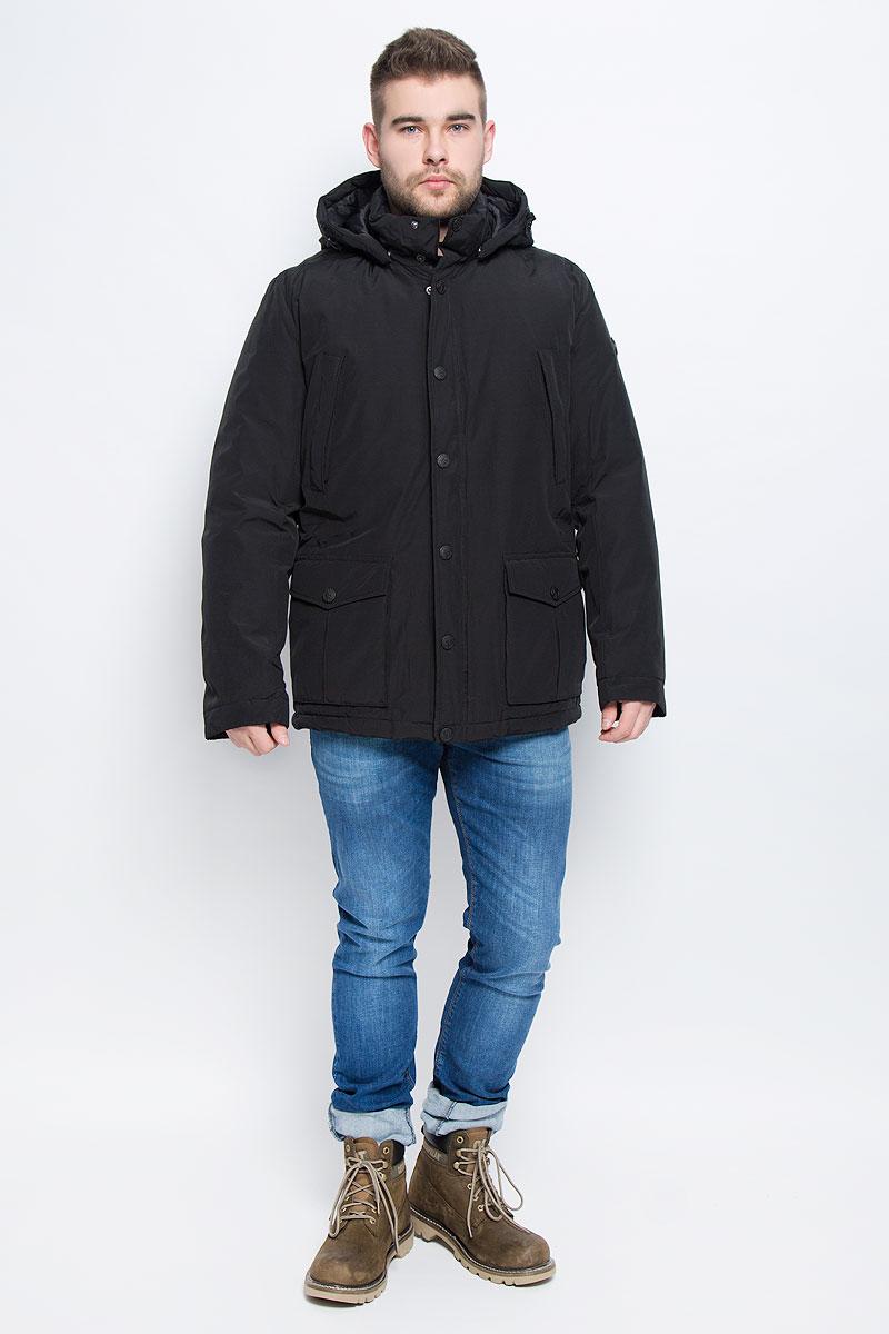 Куртка мужская Finn Flare, цвет: черный. W16-21006_200. Размер S (46)W16-21006_200Мужская куртка Finn Flare выполнена из хлопка с добавлением нейлона. В качестве подкладки и наполнителя используется полиэстер. Модель с воротником-стойкой и со съемным капюшоном застегивается на застежку-молнию с двумя бегунками и имеет ветрозащитную планку на кнопках. Капюшон дополнен эластичным шнурком со стоплерами и пристегивается к изделию за счет кнопок. Низ рукавов дополнен хлястиками на кнопках. Объем по линии талии регулируется за счет скрытого эластичного шнурка со стоплерами. Спереди расположено два накладных кармана с клапанами на кнопках и два прорезных кармана на застежке-молнии, а с внутренней стороны накладной карман на пуговице и два прорезных кармана, один застегивается на застежку-молнию, а второй хлястиком на пуговицу. Модель оформлена фирменными нашивками.
