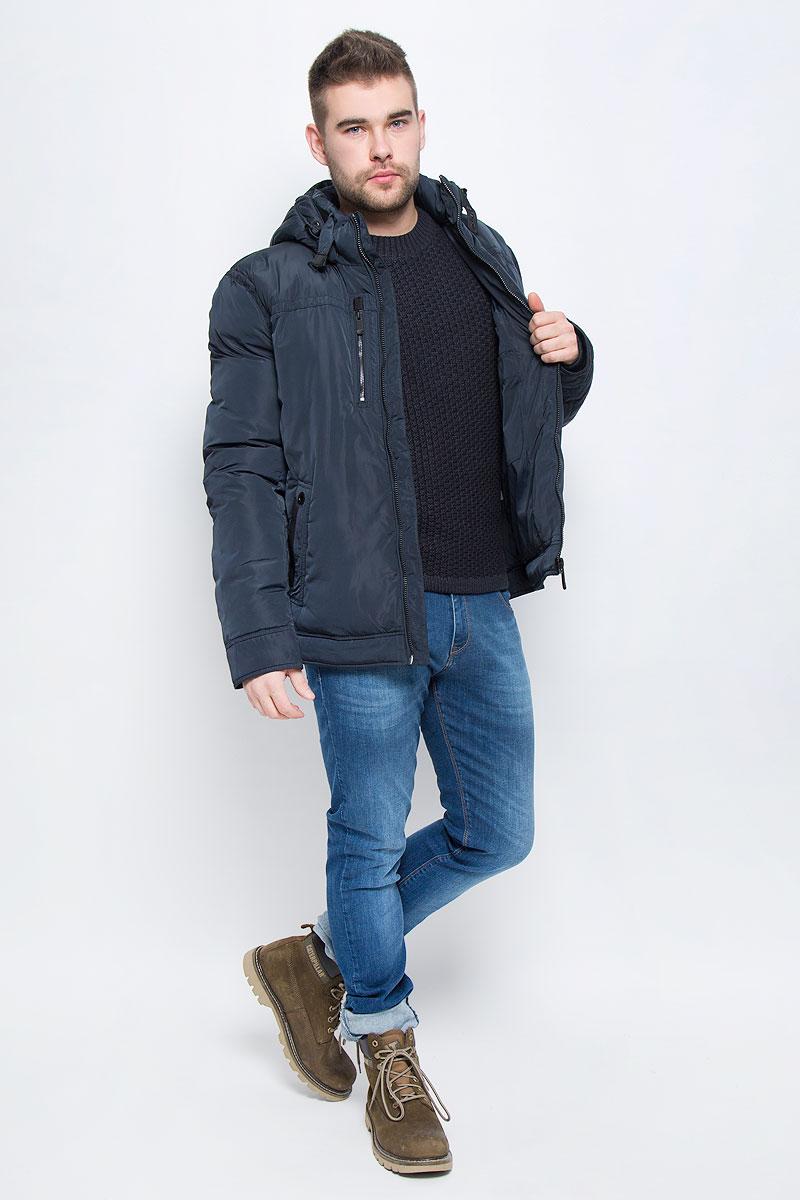 Куртка мужская Finn Flare, цвет: темно-синий. W16-22000_101. Размер XL (52)W16-22000_101Мужская куртка Finn Flare с длинными рукавами, воротником-стойкой и съемным капюшоном на кнопках выполнена из полиэстера. Наполнитель - синтепон. Капюшон изделия оснащен шнурком-кулиской. Объем воротника регулируется при помощи узкого ремешка с металлической пряжкой. Куртка застегивается на застежку-молнию спереди. Изделие оснащено двумя накладными карманами на кнопках и втачным карманом на застежке-молнии спереди, а также одним внутренним втачным карманом на застежке-молнии и двумя накладными карманами. Рукава дополнены внутренними трикотажными манжетами.