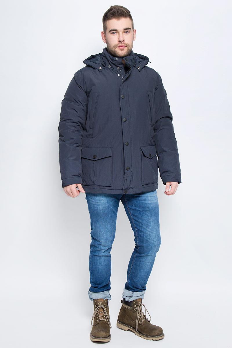 Куртка мужская Finn Flare, цвет: темно-синий. W16-21006_101. Размер M (48)W16-21006_101Мужская куртка Finn Flare выполнена из хлопка с добавлением нейлона. В качестве подкладки и наполнителя используется полиэстер. Модель с воротником-стойкой и со съемным капюшоном застегивается на застежку-молнию с двумя бегунками и имеет ветрозащитную планку на кнопках. Капюшон дополнен эластичным шнурком со стоплерами и пристегивается к изделию за счет кнопок. Низ рукавов дополнен хлястиками на кнопках. Объем по линии талии регулируется за счет скрытого эластичного шнурка со стоплерами. Спереди расположено два накладных кармана с клапанами на кнопках и два прорезных кармана на застежке-молнии, а с внутренней стороны накладной карман на пуговице и два прорезных кармана, один застегивается на застежку-молнию, а второй хлястиком на пуговицу. Модель оформлена фирменными нашивками.