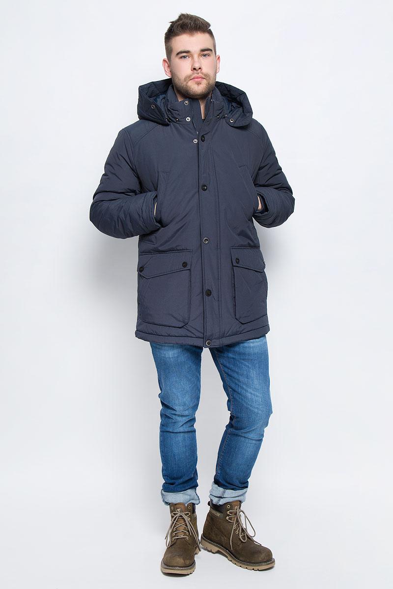 Куртка мужская Finn Flare, цвет: темно-синий. W16-22009_101. Размер L (50)W16-22009_101Мужская куртка Finn Flare выполнена из хлопка с добавлением нейлона. В качестве подкладки и наполнителя используется полиэстер. Модель с воротником-стойкой и со съемным капюшоном застегивается на застежку-молнию с двумя бегунками и имеет ветрозащитную планку на кнопках. Капюшон дополнен эластичным шнурком со стоплерами и пристегивается к изделию за счет кнопок. Низ рукавов дополнен внутренними эластичными манжетами. Объем по линии талии регулируется за счет скрытого эластичного шнурка со стоплерами. Спереди расположено четыре накладных кармана, два из которых с клапанами на кнопках и два прорезных кармана на кнопках, а с внутренней стороны накладной карман липучке и прорезной карман на застежке-молнии. Модель оформлена символикой бренда.