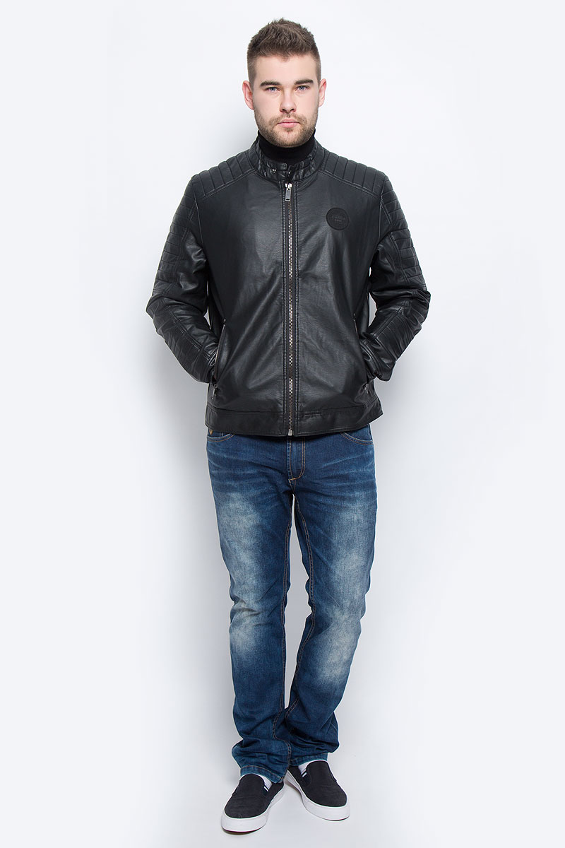 Куртка мужская Baon, цвет: черный. B536533. Размер M (48)B536533_BLACKМужская куртка Baon выполнена из полиуретана. В качестве подкладки используется полиэстер. Модель с длинными рукавами и воротником-стойкой застегивается на застежку-молнию. Низ рукавов дополнен манжетами на кнопках. Спереди расположено два прорезных кармана на застежке-молнии, а с внутренней стороны - два накладных кармана. Куртка оформлена фирменной нашивкой.