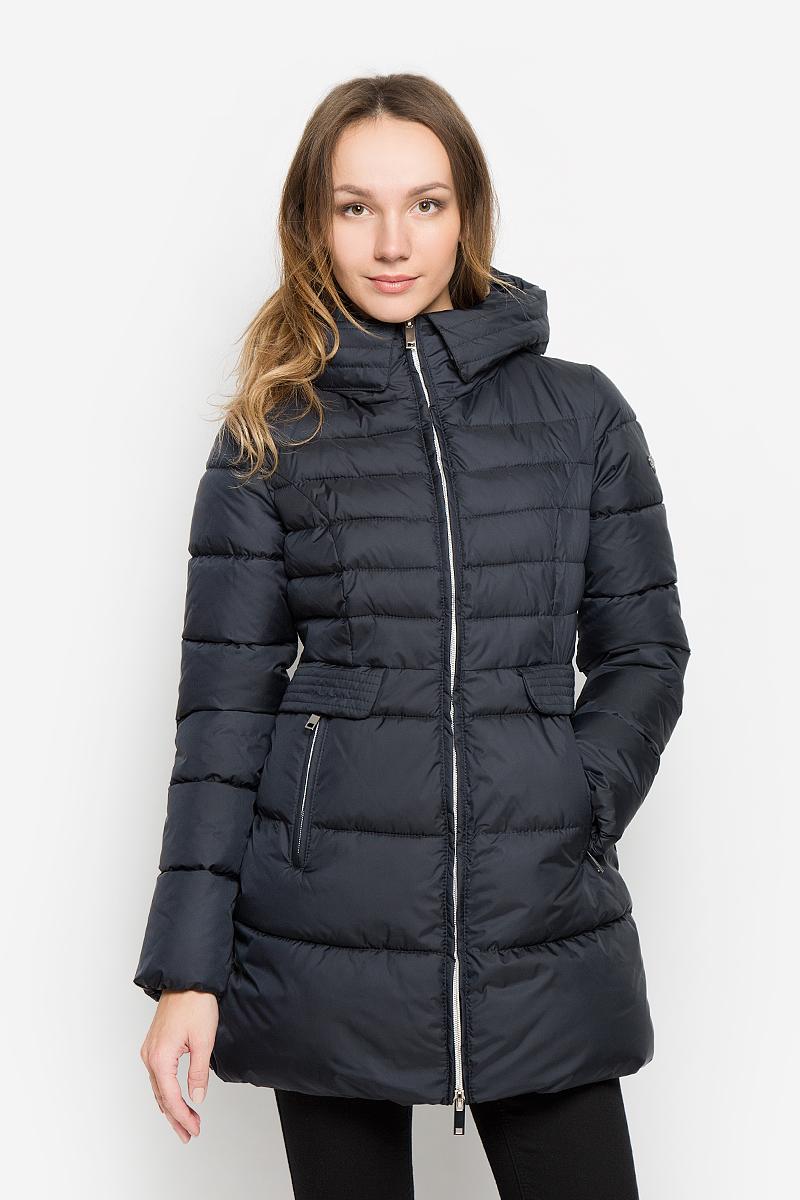 Пальто женское Grishko, цвет: темно-синий. AL-2964. Размер S (44)AL-2964Стильное женское пальто Grishko изготовлено из высококачественного материала. В качестве утеплителя используется полиэфирное волокно. Пальто приталенного кроя с несъемным капюшоном, дополненным эластичным шнурком, застегивается на пластиковую молнию. Спереди расположены два прорезных кармана на застежках-молниях, оформленные декоративными клапанами на кнопках. Манжеты рукавов присборены резинкой.