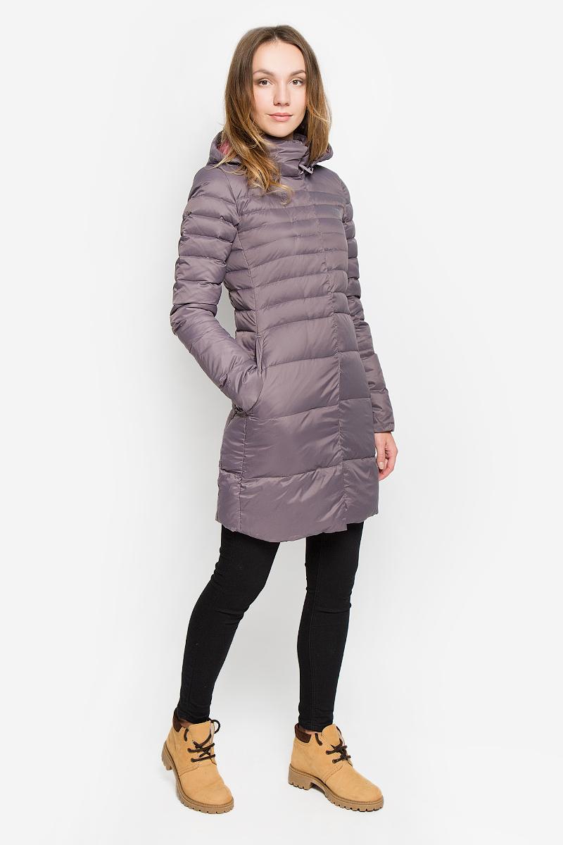 Пальто женское The North Face Kings Canyon Parka, цвет: сиренево-серый. T92TUMHCW. Размер XS (40/42)T92TUMHCWСтильное женское пальто The North Face Kings Canyon Parka изготовлено из высококачественного нейлона. В качестве утеплителя используется гусиный пух с добавлением гусиного пера. Пальто с воротником-стойкой и съемным капюшоном, дополненным эластичным шнурком, застегивается на пластиковую молнию и на клапан с кнопками. Капюшон пристегивается к пальто с помощью застежки-молнии. Спереди расположены два прорезных кармана на застежках-молниях. Нижняя часть рукавов с внутренней стороны присборена.