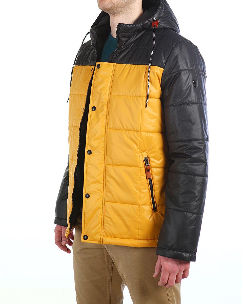 Куртка мужская Xaska, цвет: чеpный, желтый. 16603. Размер 5416603_Black/YellowМужская куртка Xaska изготовлена из высококачественного полиэстера. В качестве утеплителя используется полиэстер. Куртка с несъемным капюшоном застегивается на застежку-молнию, а также дополнительно имеет ветрозащитную планку на кнопках. Капюшон оснащен текстильным шнурком со стопперами. Рукава дополнены внутренними эластичными манжетами. Объем по низу регулируется с помощью эластичного шнурка со стопперами. Спереди имеются два прорезных кармана на застежках-молниях, на внутренней стороне также имеются два прорезных кармана на молниях. На левом рукаве расположена небольшая металлическая пластина с названием бренда.