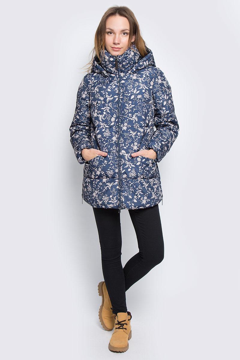 Куртка женская Finn Flare, цвет: темно-синий, светло-бежевый. W16-32004_101. Размер M (46)W16-32004_101Женская куртка Finn Flare выполнена из полиэстера. В качестве подкладки и наполнителя также используется полиэстер. Модель с воротником-стойкой и со съемным капюшоном застегивается на застежку-молнию с двумя бегунками и имеет внутреннюю ветрозащитную планку. Капюшон дополнен эластичным шнурком со стоплерами и пристегивается к изделию за счет кнопок. Низ рукавов дополнены эластичной резинкой. В боковых швах обработаны молнии, с помощью которых можно увеличить объем изделия по низу. Спереди расположено два прорезных кармана на потайных застежках-молниях. Модель оформлена цветочным принтом и символикой бренда.