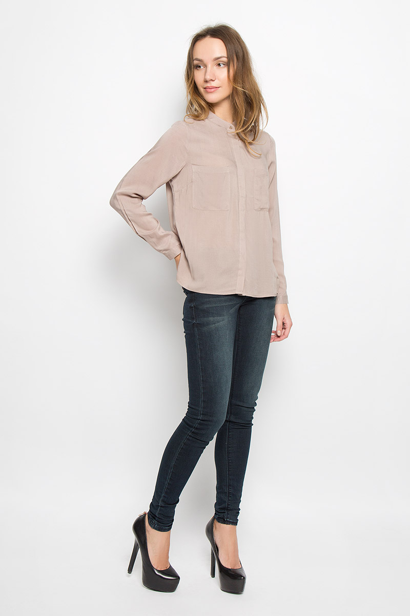 Блузка женская Broadway Ressie, цвет: бежевый. 10156633_799. Размер M (46)10156633_799Стильная женская блузка выполненная из 100% вискозы будет хорошо сочетаться как с юбкой, так и с брюками. Модель с круглым вырезом горловины и длинными рукавами застегивается по всей длине на пластиковые пуговицы скрытые планкой. На груди блузка дополнена двумя накладными карманами.
