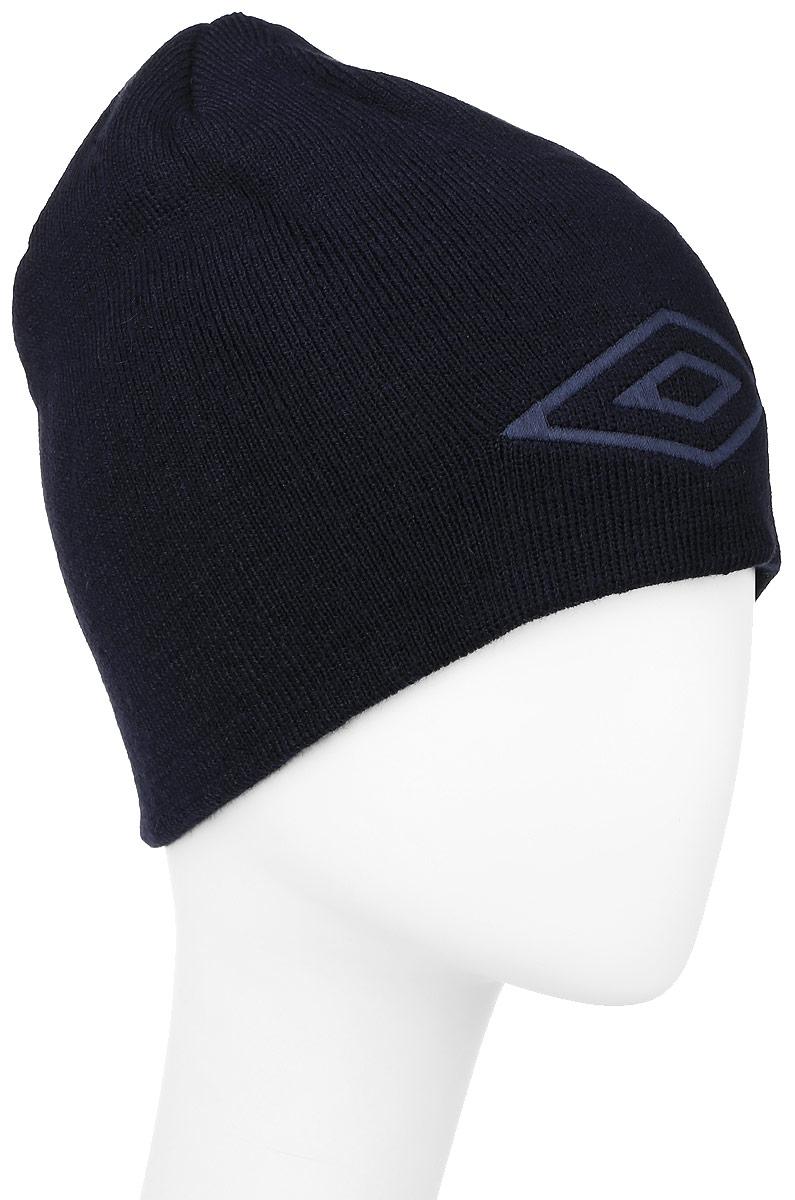 Шапка Umbro Tonal Hat, цвет: темно-синий. 560814. Размер универсальный560814_темно-синийЛегкая шапка для занятия спортом UMBRO Tonal Hat выполненная из 100% акрила отлично дополнит ваш образ в холодную погоду. Оформлено изделие нашивкой с логотипом бренда. Такая шапка составит идеальный комплект с верхней одеждой, в ней вам будет уютно и тепло!