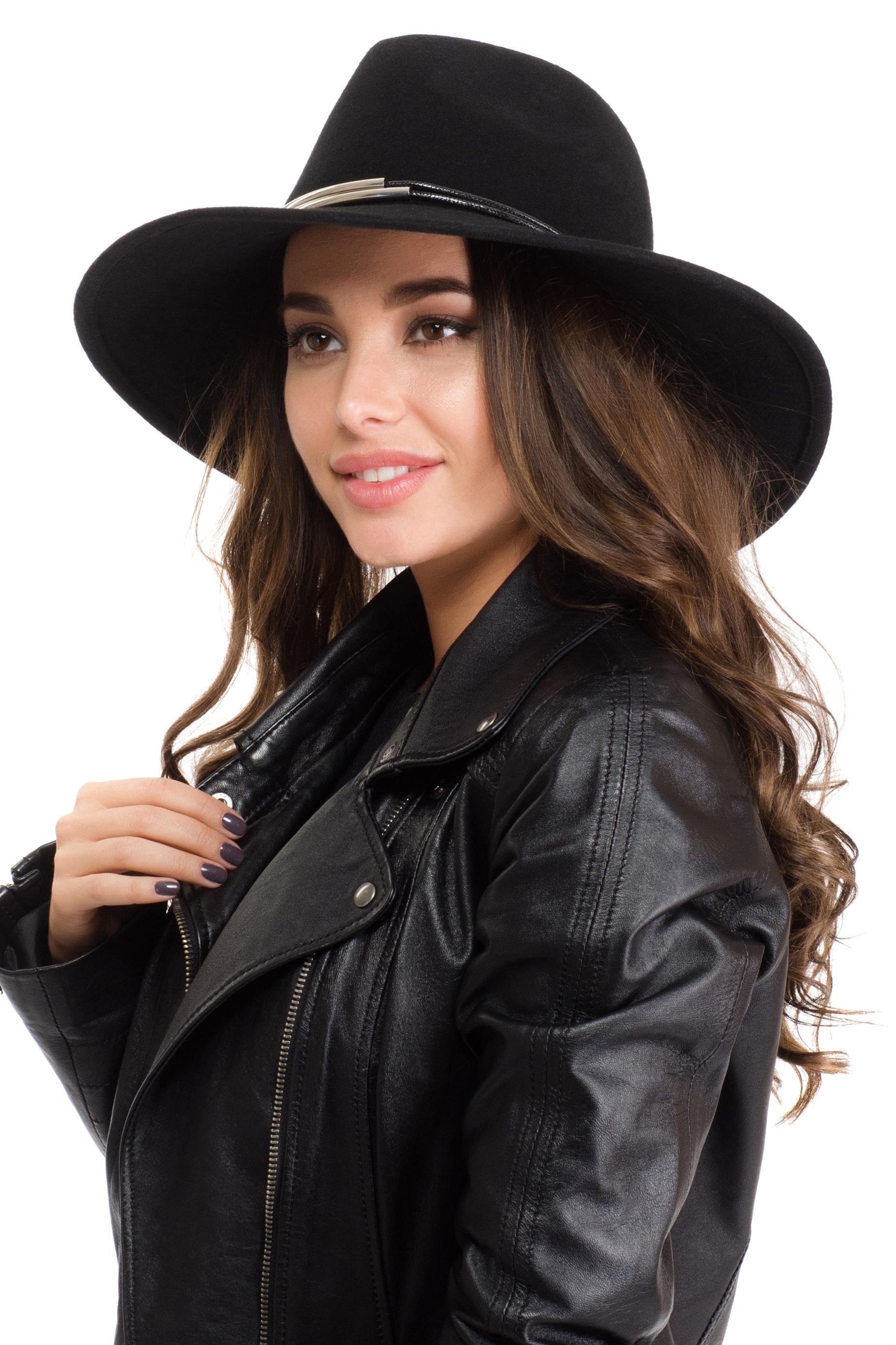 Шляпа женская Moltini, цвет: черный. 141B-1601. Размер 57/58141B-1601Элегантная женская шляпа Moltini, выполненная из высококачественного фетра, дополнит любой образ. Модель широкими полями и высокой тульей. Шляпа-клош по тулье декорирована двумя тонкими веревочками с металлическими трубками. Внутри модель дополнена плотной тесьмой для комфортной посадки изделия по голове. Аккуратные поля шляпы придадут вашему образу таинственности и шарма. Такая шляпа подчеркнет вашу неповторимость и прекрасный вкус.