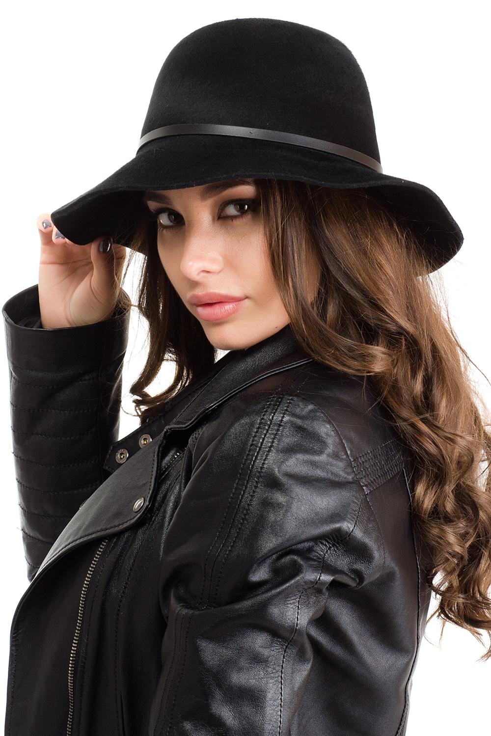 Шляпа женская Moltini, цвет: черный. 141B-1603. Размер 57/58141B-1603Элегантная женская шляпа Moltini, выполненная из натуральной шерсти, дополнит любой образ. Модель с широкими полями и высокой тульей. Шляпа-клош по тулье оформлена тонким кожаным ремешком на металлической заклепочке. Внутри модель дополнена плотной тесьмой для комфортной посадки изделия по голове. Аккуратные поля шляпы придадут вашему образу таинственности и шарма. Такая шляпа подчеркнет вашу неповторимость и прекрасный вкус.