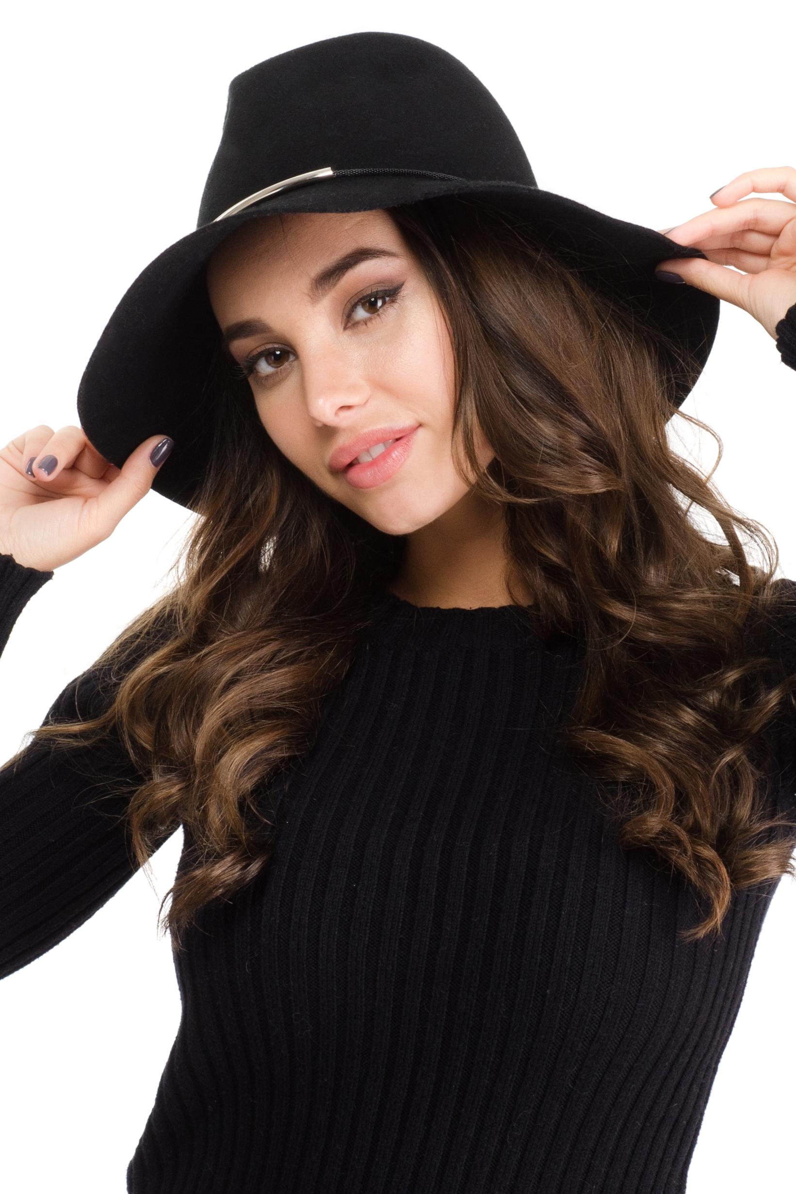 Шляпа женская Moltini, цвет: черный. 141B-1605. Размер 57/58141B-1605Элегантная женская шляпа Moltini, выполненная из тонкого фетра, дополнит любой образ. Модель широкими полями и высокой тульей. Шляпа-клош по тулье оформлена тонкой металлической цепочкой, которая дополнена металлическими трубками. Внутри модель дополнена плотной тесьмой для комфортной посадки изделия по голове. Аккуратные поля шляпы придадут вашему образу таинственности и шарма.Такая шляпа подчеркнет вашу неповторимость и прекрасный вкус.