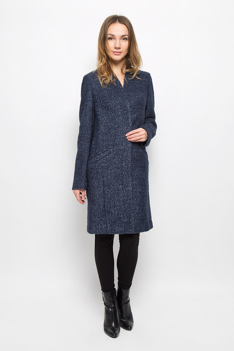 Пальто женское Selected Femme, цвет: темно-синий. 16050948. Размер 38 (44)16050948_Navy BlazerЖенское пальто Selected Femme с длинными рукавами и V-образным вырезом горловины выполнено из полиэстера с добавлением шерсти. Пальто застегивается на пуговицы спереди. Изделие дополнено двумя втачными карманами спереди и внутренним втачным карманом на пуговице.