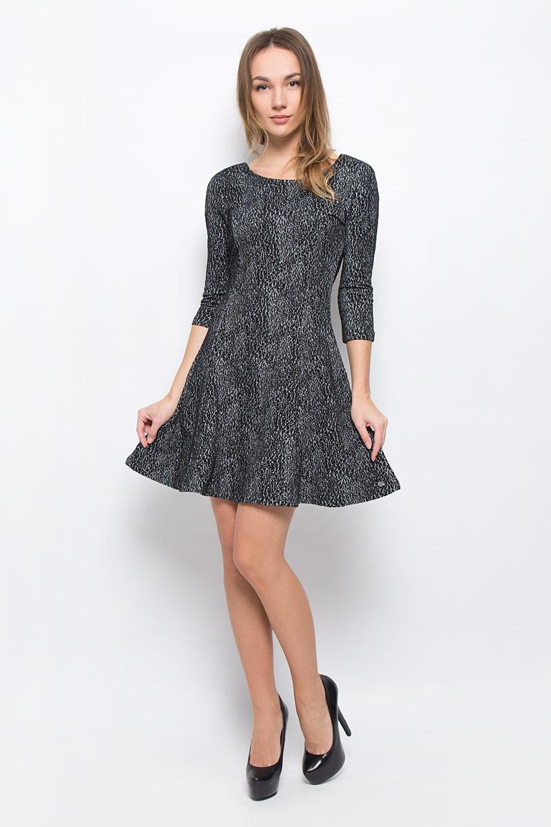 Платье Tom Tailor Denim, цвет: серый, черный. 5019543.00.71_1000. Размер XS (42)5019543.00.71_1000Модное платье Tom Tailor Denim выполнено из хлопка с добавлением полиэстера и эластана.Платье-мини А-силуэта с круглым вырезом горловины и рукавами 3/4 оформлено оригинальным принтом.