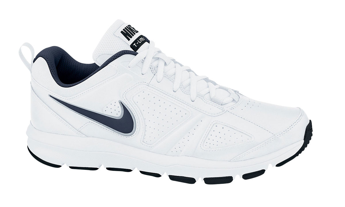 Кроссовки для фитнеса мужские Nike T-Lite Xi, цвет: белый, темно-синий. 616544-101. Размер 7 (39)616544-101Мужские кроссовки Nike T-Lite XI предназначены как для фитнеса, так и дляповседневной носки. Модель выполнена из комбинации натуральной, синтетической кожи и текстиля. Верх изделия дополнен перфорацией, чтосоздает превосходную вентиляцию и комфорт в течении всего дня. Подъемоформлен классической шнуровкой, которая надежно фиксирует обувь на ноге ирегулирует объем. Подкладка и стелька, идеально подстраивающаяся поданатомические контуры стопы, изготовлены из текстиля. Плоские швы ненатирают кожу и не сковывают движений. По бокам кроссовки декорированысимволикой бренда. Язычок дополнен текстильной нашивкой, а задник - ярлычком для более удобного обувания. Легкаяпромежуточная подошва изготовлена из филона, протектор - из твердой резины. Бугорки Delta на протекторе подошвы обеспечивают превосходное сцепление с поверхностью.