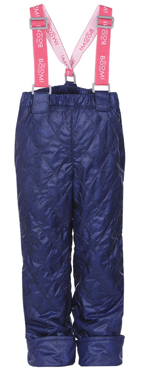 Брюки для девочки Boom!, цвет: темно-синий. 64057_BOG_вар.2. Размер 86, 1,5-2 года64057_BOG_вар.2_с лямкамиУтепленные брюки для девочки Boom! идеально подойдут вашей дочурке в прохладное время года. Брюки, изготовленные из водоотталкивающей и ветрозащитной ткани на флисовой подкладке, необычайно мягкие и приятные на ощупь, не сковывают движения и позволяют коже дышать, не раздражают нежную кожу ребенка, обеспечивая ему наибольший комфорт.Стеганые брюки прямого кроя имеют два втачных кармана. Изделие дополнено подтяжками. Объем пояса регулируется за счет скрытой резинки на пуговице. Низ штанин подгибается. В таких брюках ваша дочурка будет чувствовать себя тепло, уютно и всегда будет в центре внимания!