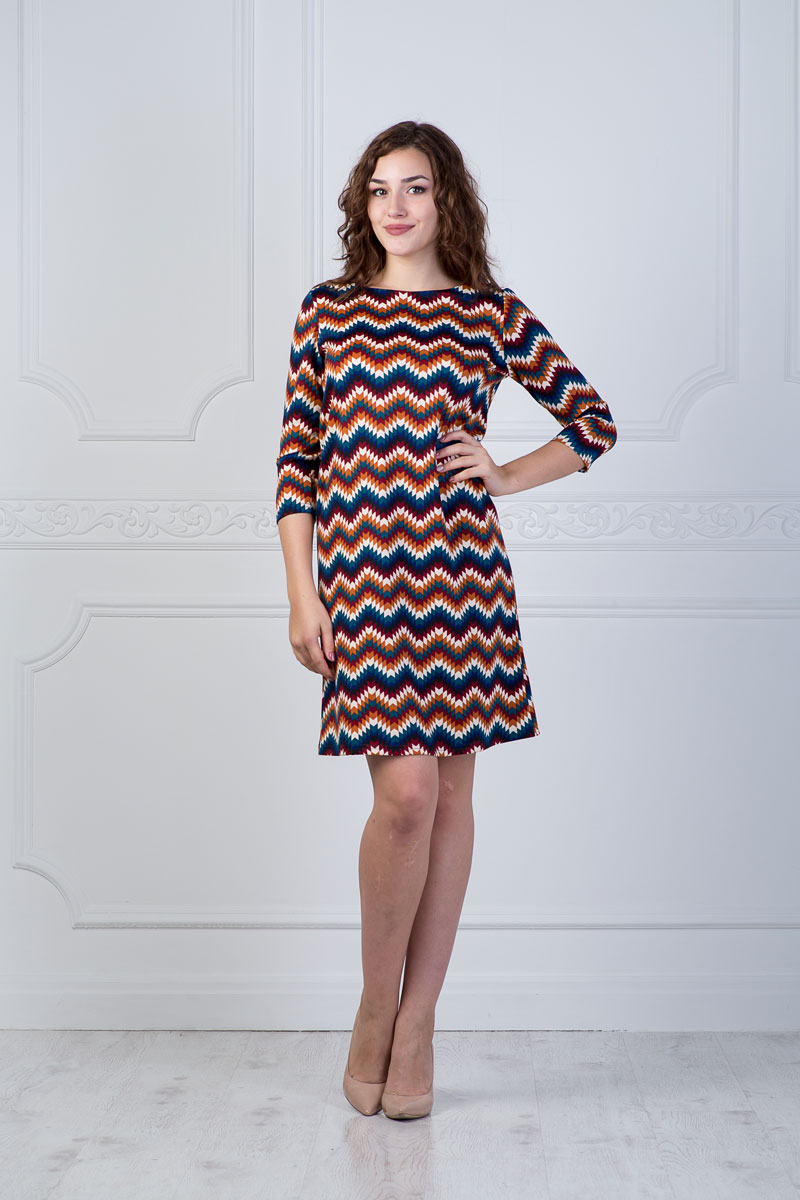 Платье Lautus, цвет: мультиколор. 899. Размер 50899Платье Lautus выполнено из полиэстера с добавлением вискозы и эластана. Платье-миди с круглым вырезом горловины и рукавами длинной 3/4 оформлено оригинальным геометрическим принтом.
