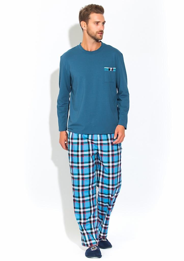 Домашний костюм мужской Peche Monnaie Boss, цвет: синий. 23. Размер XXXL (54/56)23Комфортный мужской домашний костюм - пижама на каждый день. Идеальные лекала обеспечат оптимальную посадку изделия, высокое качество пошива удовлетворят даже самого требовательного мужчину, а натуральные материалы подарят ощущение уюта и комфорта.Изделие свободного кроя, абсолютно не сковывает движения и позволяет телу дышать.Кофта с длинным рукавом - лонгслив с О-образным вырезом. На груди удобный карман с декоративной отделкой в цвет брюк. Кофта произведена из натурального хлопка с небольшим добавлением лайкры, позволяющей изделию не деформироваться после многократных стирок и сохранять первоначальную форму.Свободные клетчатые брюки прямого кроя в пол с широкой и мягкой резинкой и дополнительными шнурками для оптимальной фиксации по талии. Брюки с 2-мя внутренними боковыми карманами и одним накладным карманом сзади.