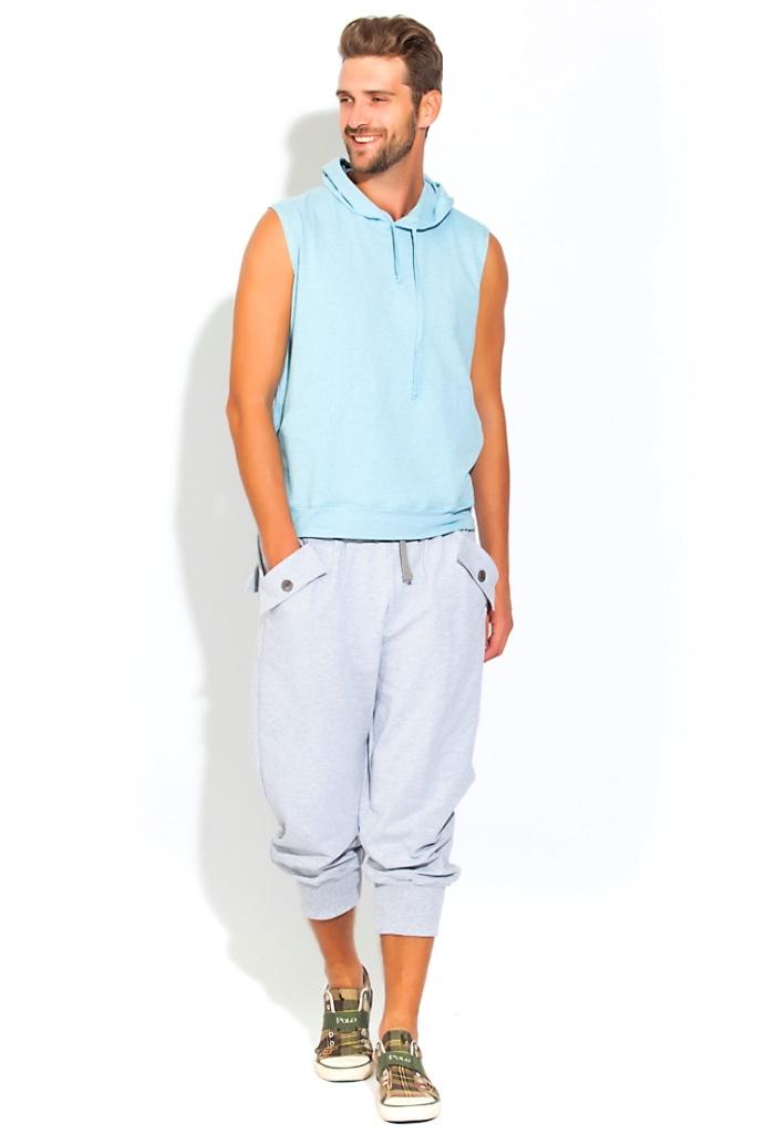 Домашний костюм мужской Peche Monnaie Flaxy, цвет: голубой, серый. 34. Размер M (48)34Универсальный и стильный костюм для мужчин ведущих активный образ жизни или предпочитающих спортивный стиль в одежде. А так же легкость, раскованность и свободу в движении. Отличный вариант для тех, кто любит спортивный и комфортный стиль в одежде, для уличного спорта или закрытого фитнеса, великолепен для прогулок на велосипеде, для любителей бега и любого движения. Комплект состоит из футболки и удлиненных шорт-бридж. Футболка в модной тенденции этого сезона: без рукавов, с полноценным капюшоном на завязках и внешними карманами на передней части в стиле кенгуру. Свободные шорты - бриджи чуть ниже колена с эффектными складками и широкой резинкой внизу - для плотной фиксации по ноге. Широкая и комфортная резинка по талии с внутренними завязками для лучшей фиксации. Удобные боковые карманы стильно декорированы внешними накладками с фирменными пуговицами в центральной части. Сзади выполнены эффектные накладки в виде муляжа задних карманов.