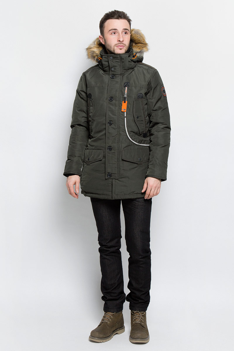 Куртка мужская Tom Tailor, цвет: темно-зеленый. 3532826.77.10_7742. Размер M (48)3532826.77.10_7742Стильная мужская куртка Tom Tailor выполнена из высококачественного плотного материала, рассчитана на холодную погоду. Модель с длинными рукавами, капюшоном, воротником-стойкой застегивается на застежку-молнию и дополнительно ветрозащитным клапаном на кнопки и пуговицы. Рукава дополнены трикотажными манжетами. Капюшон оформленискусственным мехом, который при желании можно отстегнуть. Куртка с внутренней стороны на талии оформлена текстильным шнуром со стопперами.Модель спереди дополнена двумя накладными карманами с клапаном на кнопке, тремя втачными карманами на кнопках и одним большим карманом на застежке-молнии. Внутри модель дополнена одним прорезным и одним накладным карманами на застежке-липучки.