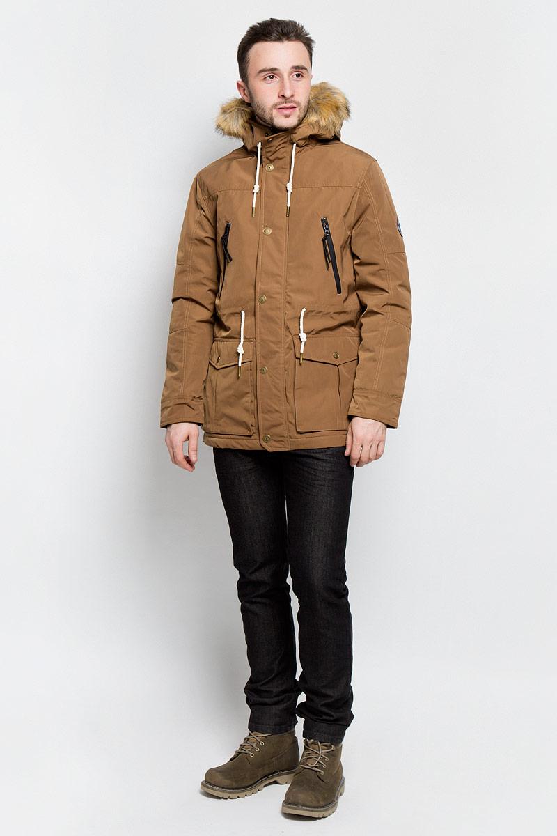 Куртка мужская Tom Tailor Denim, цвет: коричневый. 3532862.02.12_8607. Размер M (48)3532862.02.12_8607Мужская куртка Tom Tailor Denim выполнена из 100% полиэстера. В качестве подкладки и утеплителя используется полиэстер. Модель с капюшоном и длинными рукавами застегивается на застежку-молнию и дополнительно имеет ветрозащитную планку на кнопках. Капюшон дополнен шнурком-кулиской и оформлен искусственным мехом. Низ рукавов дополнен хлястиками на кнопках. Линия талии дополнена шнурком-кулиской. Спереди расположено два накладных кармана с клапанами на кнопках, два прорезных кармана на застежках-молниях и два боковых кармана на кнопке, а с внутренней стороны расположен прорезной карман на кнопке. Куртка оформлена фирменными нашивками.