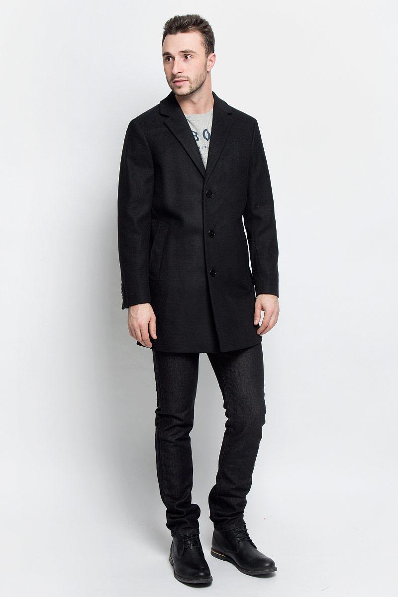 Пальто мужское Tom Tailor, цвет: черный. 3820920.00.10_2999. Размер XXL (54)3820920.00.10_2999Мужские пальто Tom Tailor выполнено из высококачественного комбинированного материала. Изделие дополнено подкладкой из полиэстера. Модель с воротником с лацканами и длинными рукавами застегивается на три пуговицы. Низ рукавов оформлен декоративными пуговицами. Спереди расположено два прорезных кармана на кнопках, а с внутренней стороны - прорезной карман на пуговице.В среднем шве спинки расположена шлица.