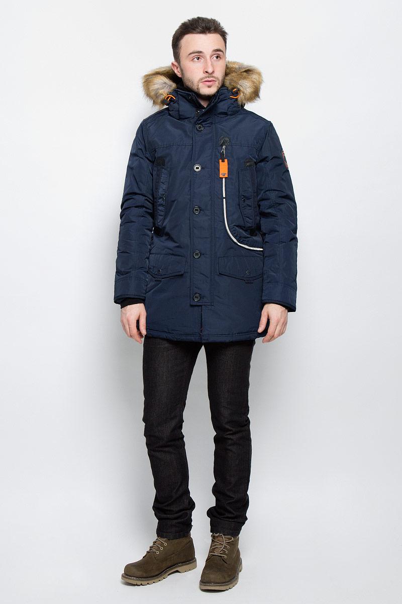 Куртка мужская Tom Tailor, цвет: темно-синий. 3532826.77.10_6800. Размер XL (52)3532826.77.10_6800Стильная мужская куртка Tom Tailor выполнена из высококачественного плотного материала, рассчитана на холодную погоду. Модель с длинными рукавами, капюшоном, воротником-стойкой застегивается на застежку-молнию и дополнительно ветрозащитным клапаном на кнопки и пуговицы. Рукава дополнены трикотажными манжетами. Капюшон оформленискусственным мехом, который при желании можно отстегнуть. Куртка с внутренней стороны на талии оформлена текстильным шнуром со стопперами.Модель спереди дополнена двумя накладными карманами с клапаном на кнопке, тремя втачными карманами на кнопках и одним большим карманом на застежке-молнии. Внутри модель дополнена одним прорезным и одним накладным карманами на застежке-липучки.