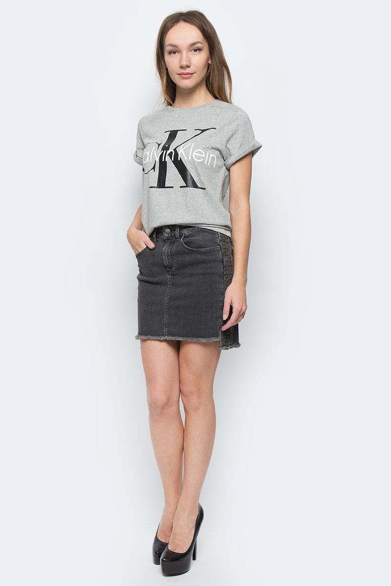 Юбка Calvin Klein Jeans, цвет: темно-серый. J20J200967_9170. Размер 26 (42)21400396/38580/6900NЮбка Calvin Klein Jeans, выполненная из высококачественного комбинированного материала. Юбка-миди застегивается по поясу на пуговицу и имеет ширинку на застежке-молнии. Пояс дополнен шлевками для ремня. Спереди расположено два втачных кармана, а сзади два накладных кармана. Боковые швы дополнены небольшими разрезами, а спинка модели немного удлинена. Юбка по бокам оформлена декоративными металлическими элементами.